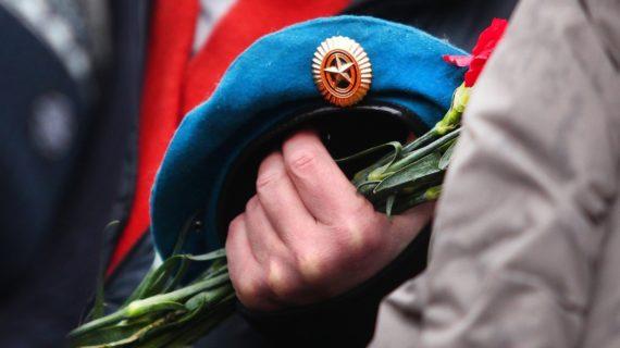 Глава Крыма почтил  память воинов-десантников