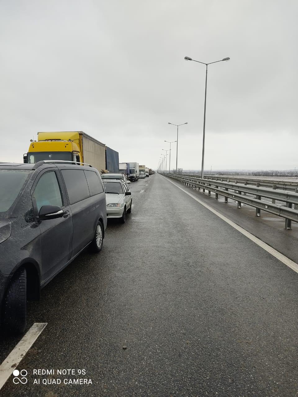 Застрявшим на «Тавриде» дальнобойщикам предоставят помощь, пассажиров автобусов поселят в гостинице