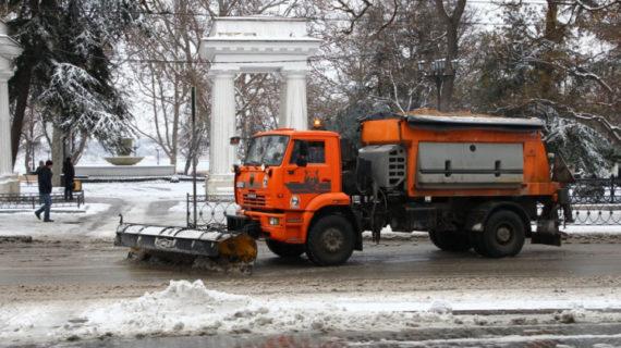 В Севастополе за ночь обработали 500 км дорог от снега
