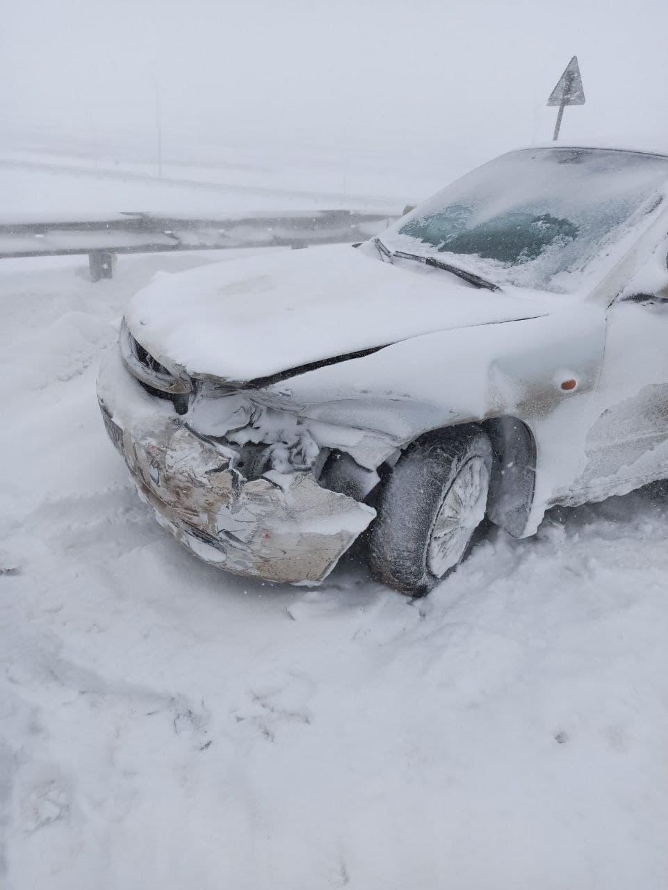 На «Тавриде» возле Симферополя 4 автомобиля столкнулись из-за снегопада