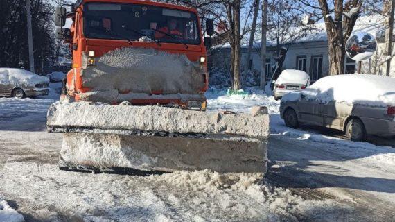 В столице Крыма продолжает работать спецтехника и чистить дороги от снега