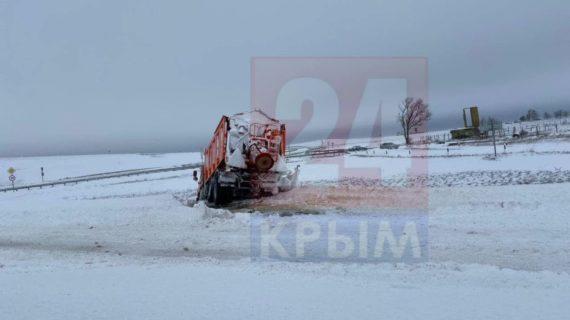 На трассе «Таврида» вырезали часть ограждения, чтобы вытащить автомобили из снежного плена