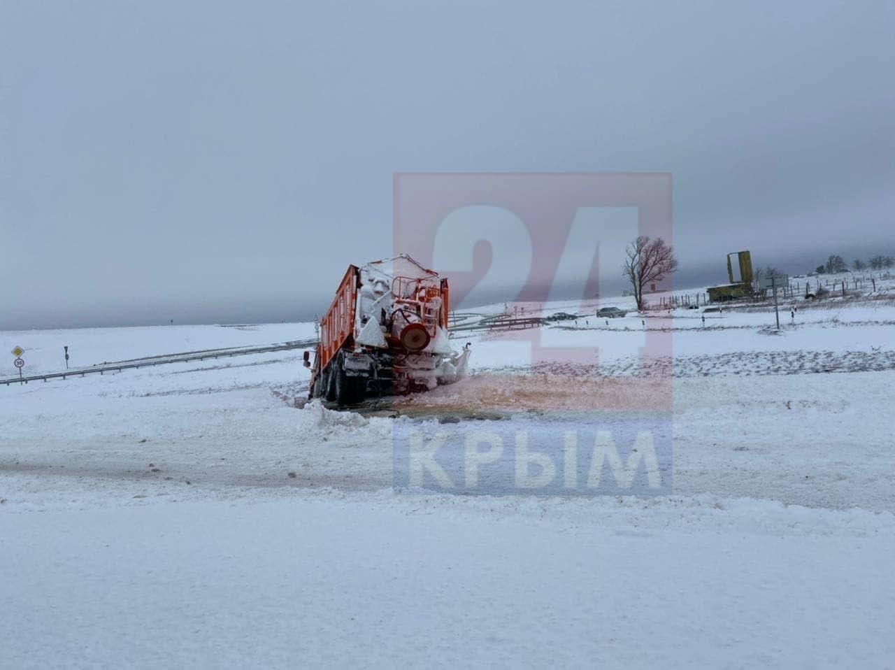 Под Керчью снегоуборочная машина застряла в сугробе