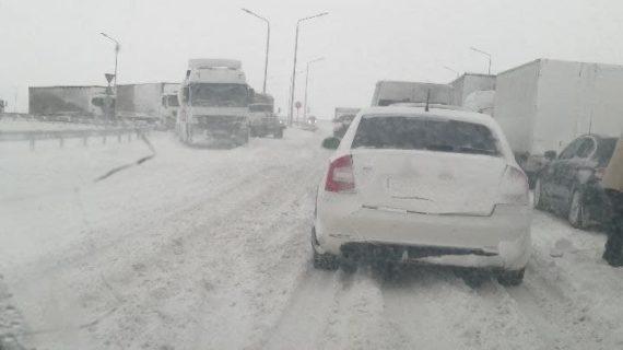 Людям, оказавшимся в снежном плену близ Керчи, предоставили жильё и еду