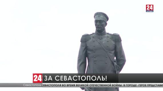 Представители командования военно-морского флота России возложили цветы и венки к Мемориальной стене в Севастополе