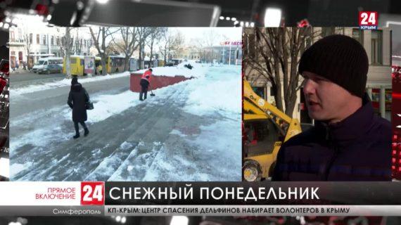 Коммунальщики расчищают улицы крымской столицы от снега