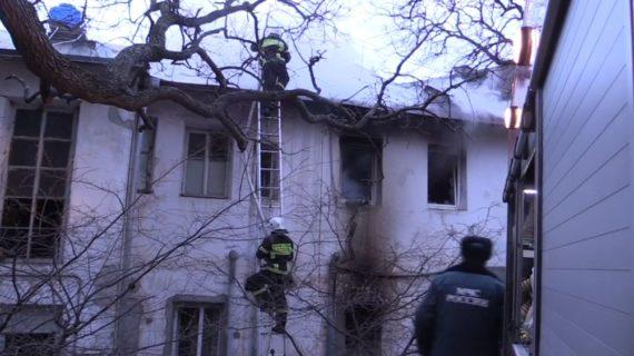 В Кореизе с пожара эвакуировали 14 жильцов, среди которых 2 ребёнка, ещё одна женщина в больнице