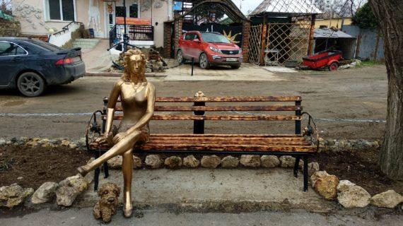 """В Севастополе появилась своя """"Алёнка"""": Жители раскритиковали новую скульптуру на Северной стороне"""
