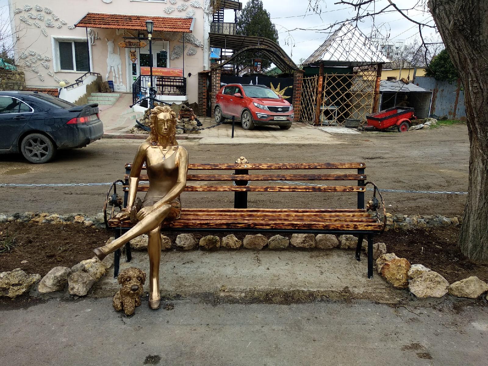 В Севастополе появилась своя «Алёнка»: Жители раскритиковали новую скульптуру на Северной стороне