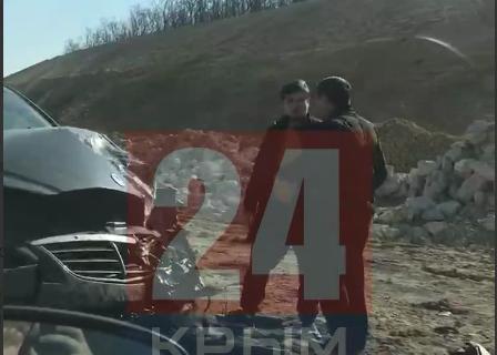 На выезде из Севастополя на трассу «Таврида» легковушка столкнулась с фурой. ВИДЕО
