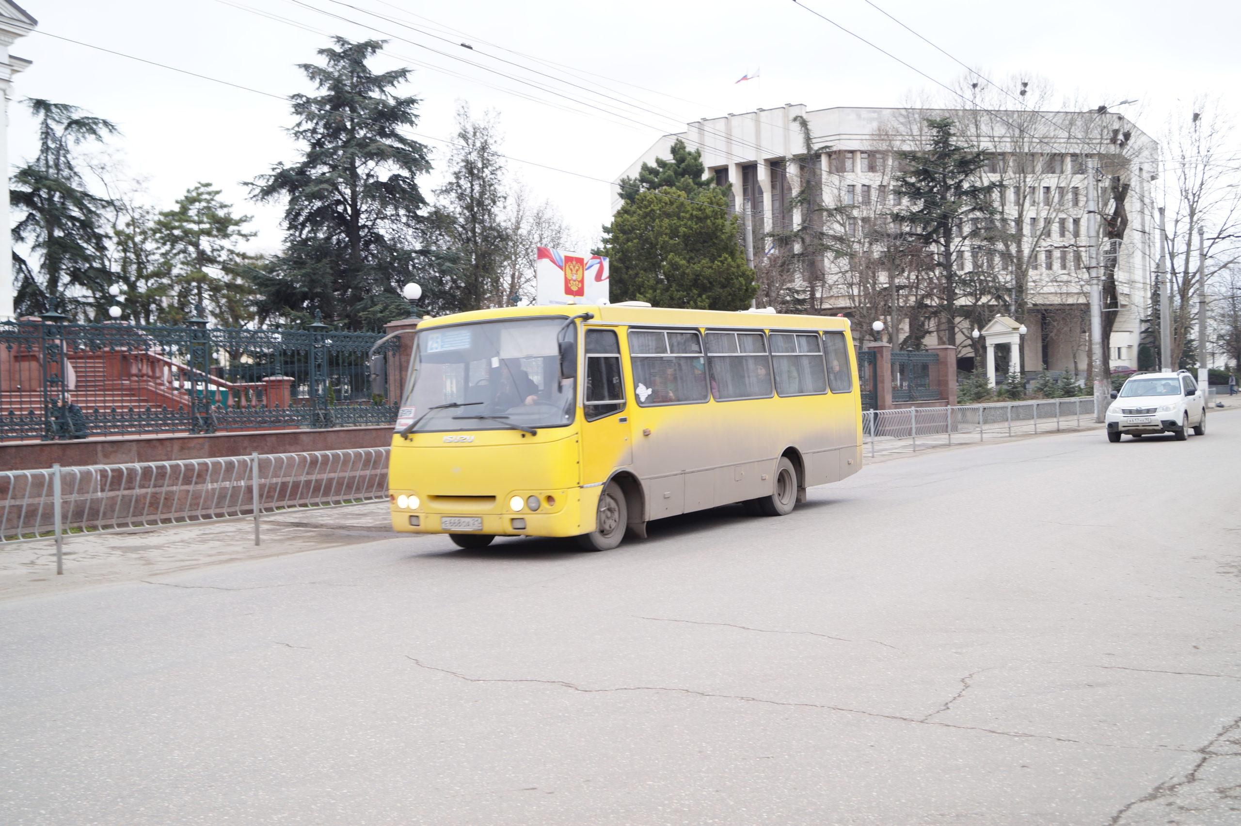 Следком возбудил уголовные дела из-за «стоящих под стенкой без дела» 50 автобусов