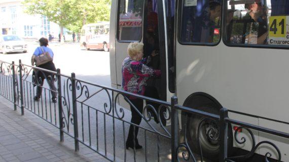 Душно, много объявлений и нет масок у пассажиров: глава Ялты проверила работу общественного транспорта