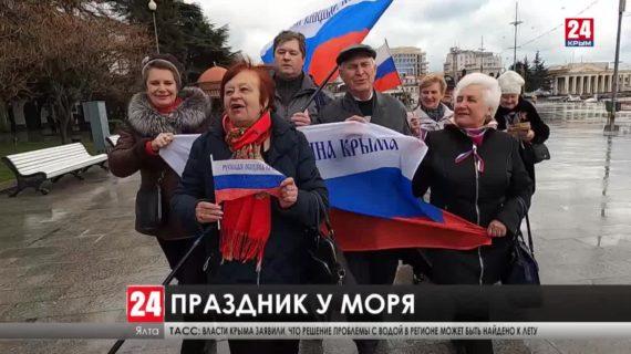 10-метровый триколор в центре Ялты и праздник на улицах городов и сел Западного Крыма