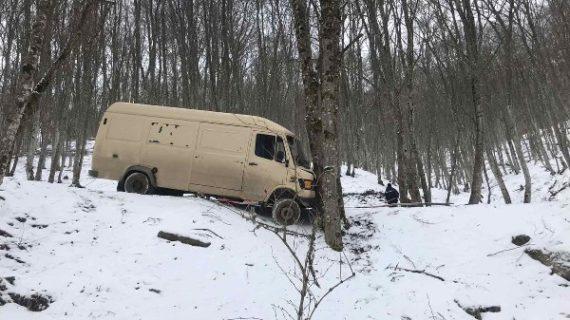 Под Белогорском Mercedes съехал в кювет и завис на 30-метровом склоне из-за гололёда