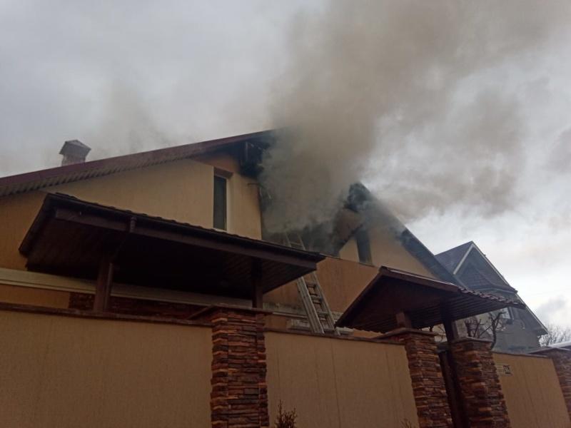 На одной из улиц Симферополя сильный пожар охватил одноэтажный дом