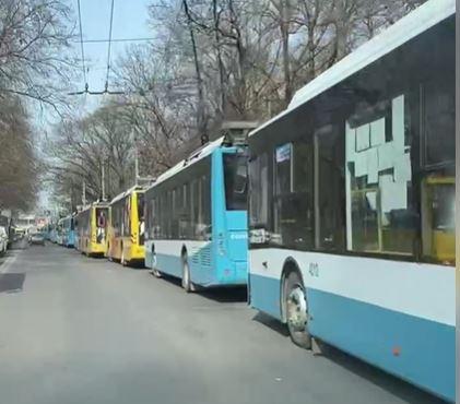 В центре Симферополя образовалась пробка из троллейбусов