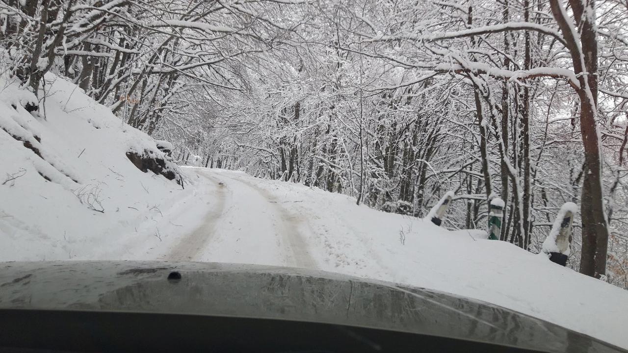 Снега по колено: Крымчане массово едут на Ай-Петри
