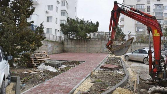 В Судаке благоустраивают дворы многоквартирных домов