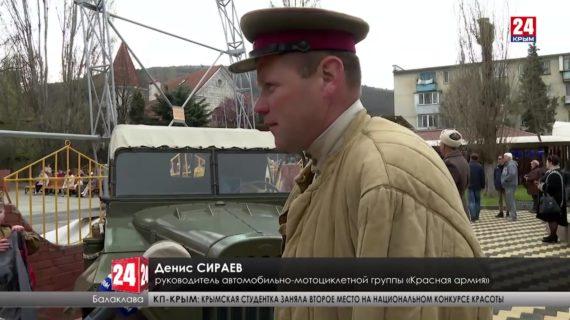 Жители Балаклавы вышли на улицы с портретами героев