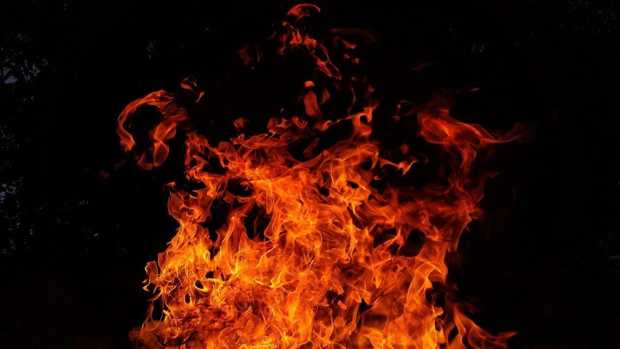В Алуште мужчина за 40 тысяч рублей сжёг машину
