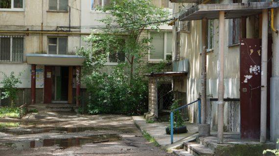 Сдали только восемь: когда закончится ремонт симферопольских дворов
