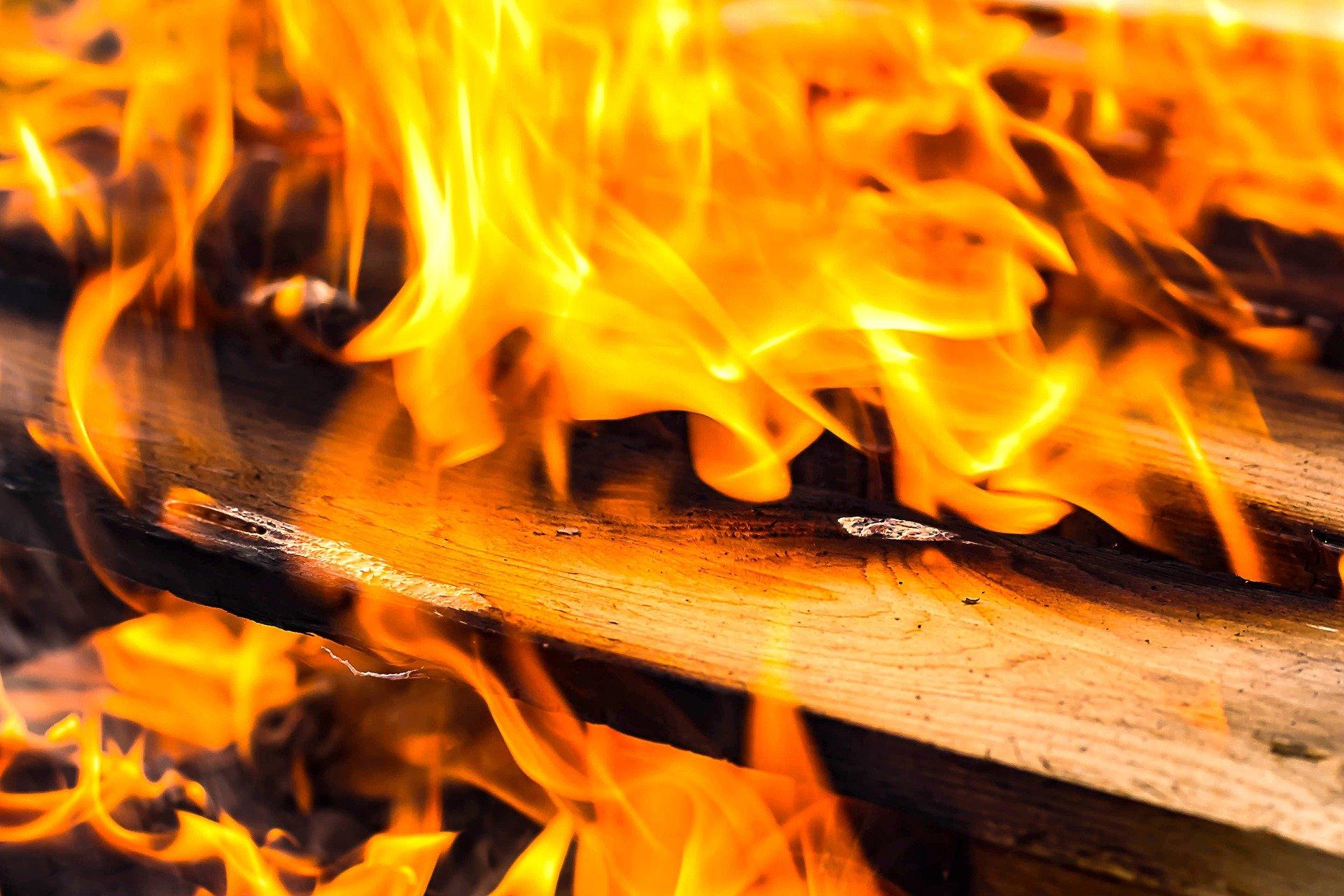В Советском районе при пожаре в доме спасли пенсионерку