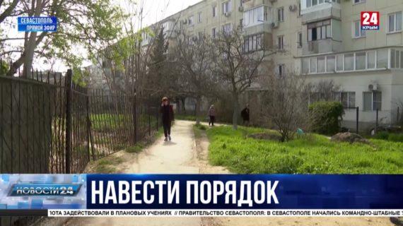 Жители улицы Юмашева жалуются на незаконные заборы и ямы на пешеходной дорожке: когда ждать перемен?