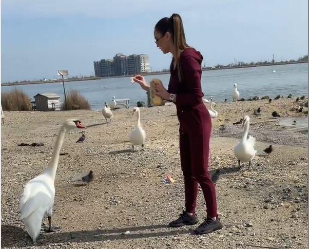 Ольга Бузова приехала в Крым и покормила лебедей