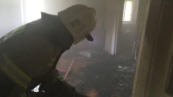 В Керчи при пожаре в доме спасли пенсионера