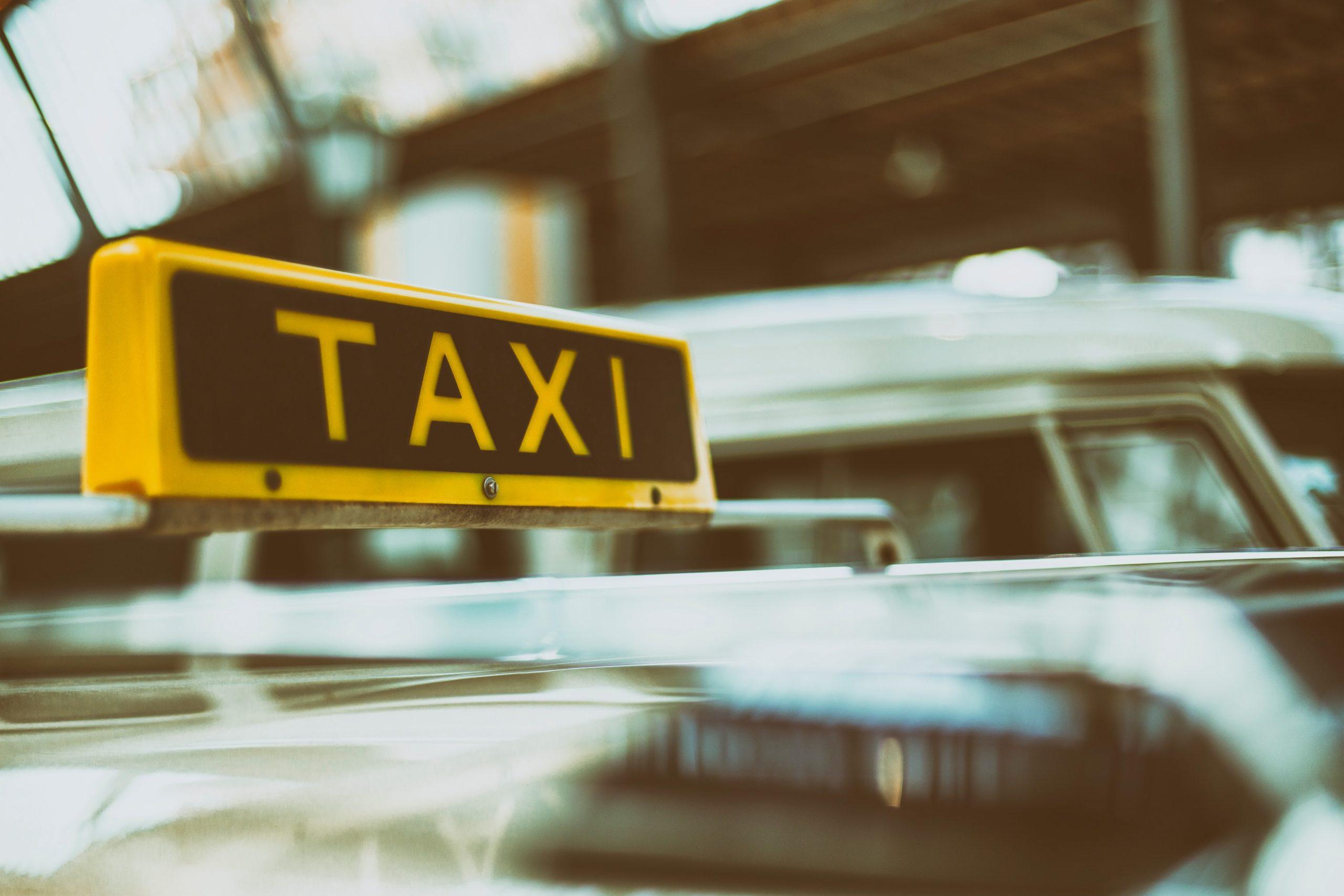В Севастополе таксист на пешеходном переходе сбил 11-летнюю школьницу