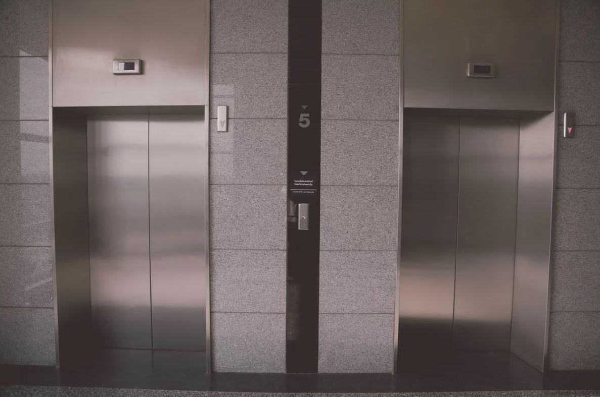 Опасно ездить: неизвестные украли детали лифтов в 59 домах Симферополя