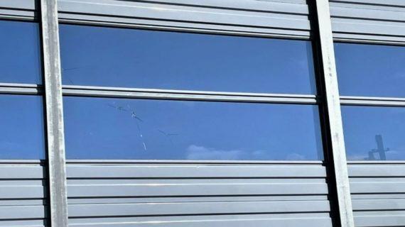 На станции Багерово двое подростков повредили камнями шумоизоляционный забор
