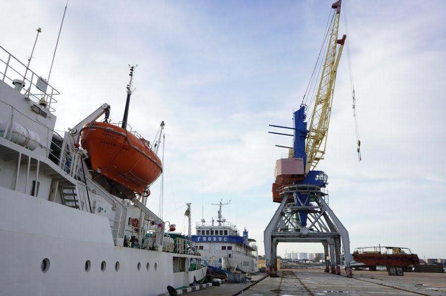 Капитана судна оштрафовали за столкновение плавучего крана со строящимся военным кораблём в Керчи