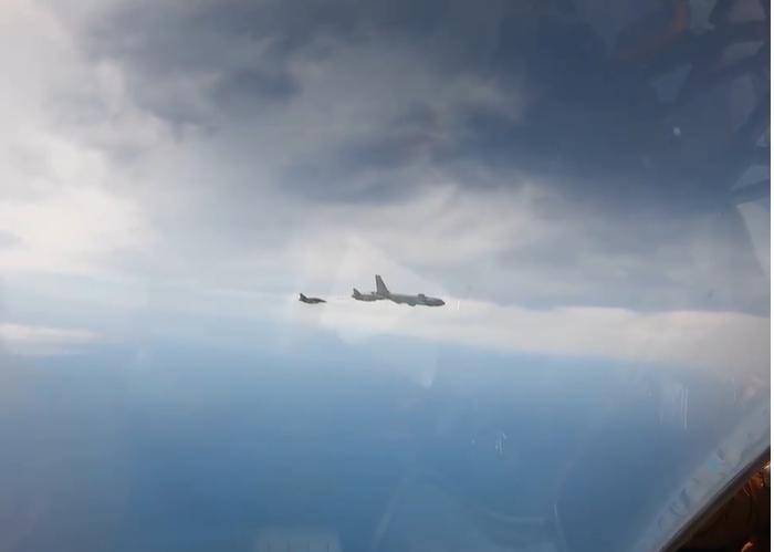 Российский Су-27 перехватил 3 самолёта ВВС Франции над Чёрным морем