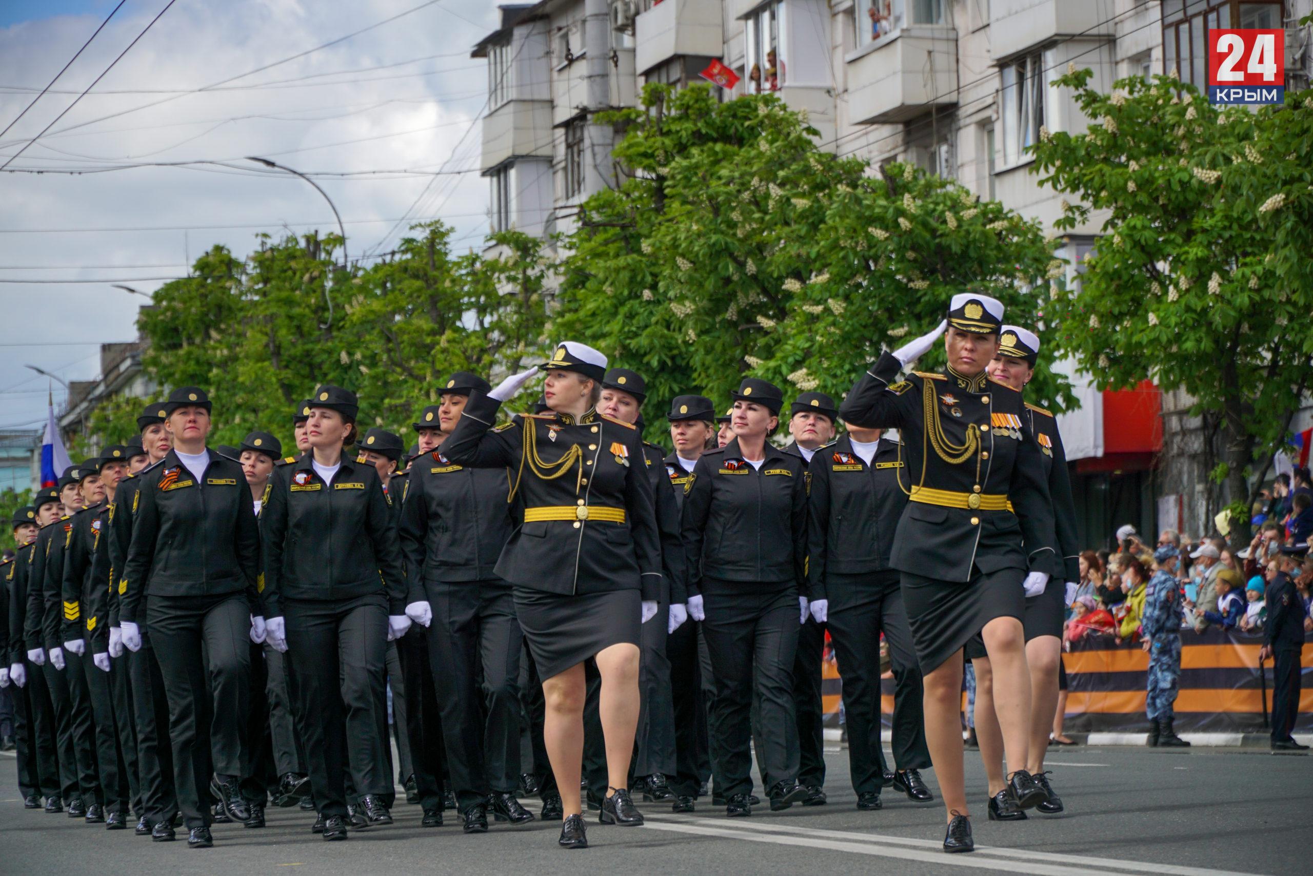 В Симферополе на Параде Победы впервые прошли строем женщины-военнослужащие