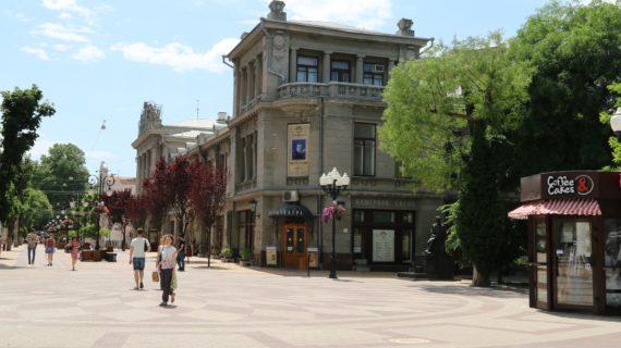 Жители Симферополя спасаются от жары в прудах города