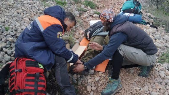 Крымские спасатели эвакуировали женщину с травмой с горы Чатыр-Даг
