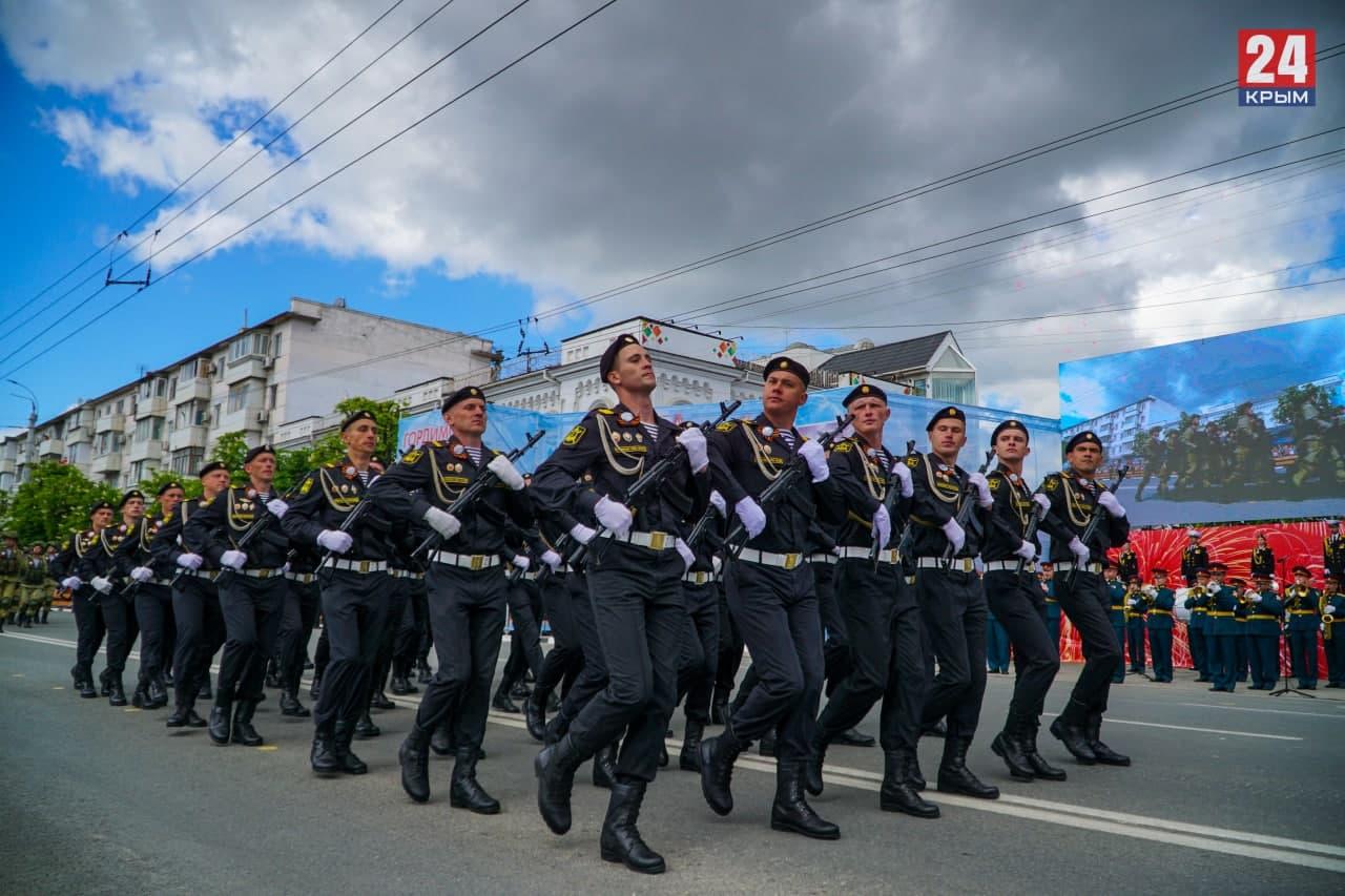 В Симферополе более тысячи человек участвовало в параде Победы