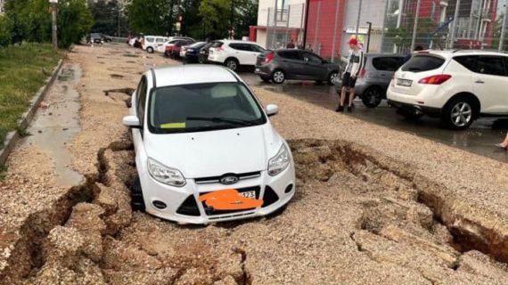 Гроза в Симферополе: под одной машиной провалилась дорога, на другую упало дерево. Видео