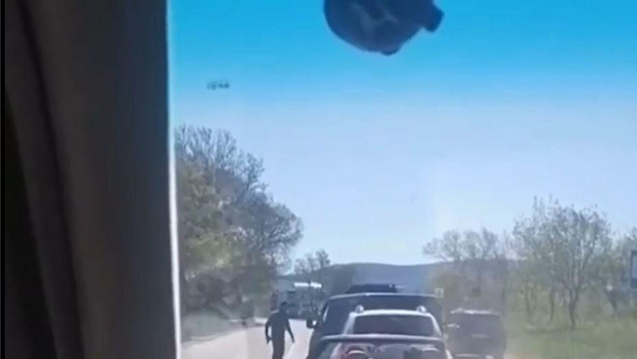 На трассе Симферополь-Севастополь неизвестный угрожал водителю микроавтобуса пистолетом