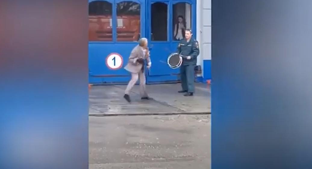 В Севастополе пожилой мужчина с ножом набросился на МЧСников