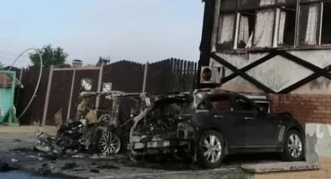 В Керчи дотла сгорели два дорогих автомобиля