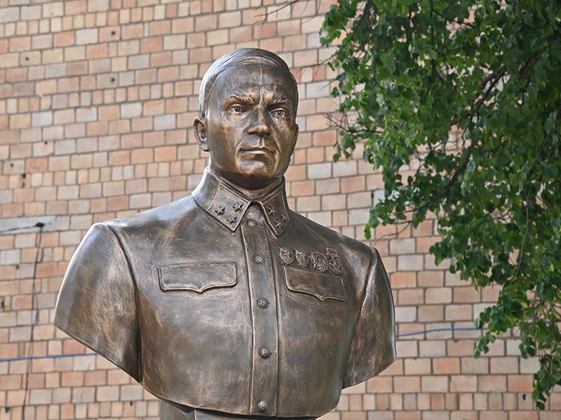 Крымчане подарили Смоленску памятник генералу, героически оборонявшему город