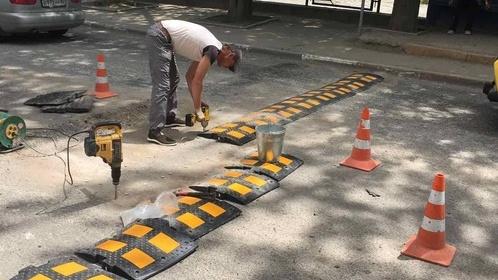 В Симферополе коммунальщики очищали дорожные знаки от вандальных надписей