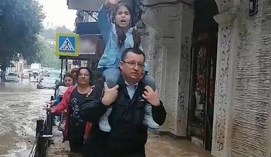 Служебная машина попала в селевой поток: как ялтинские полицейские спасали семью с ребёнком. Видео