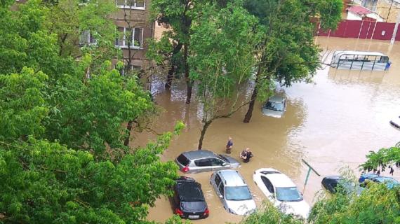 Общественный транспорт и машины в Керчи оказались под водой. Фото и видео