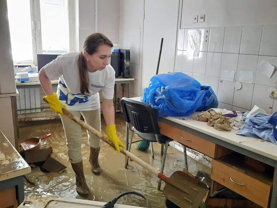 Волонтеры уже два дня убирают горбольницу в Керчи, пострадавшую от потопа
