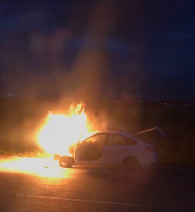 Возле аэропорта Симферополь загорелась легковушка. Фото, видео