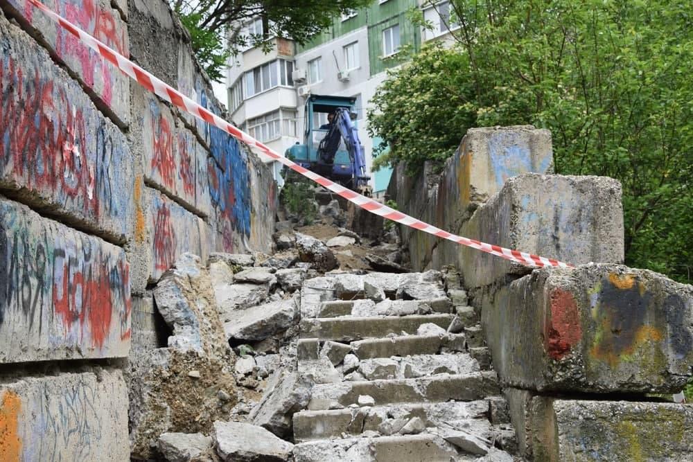 Власти Симферополя сообщили, что большая часть городских лестниц нуждается в ремонте