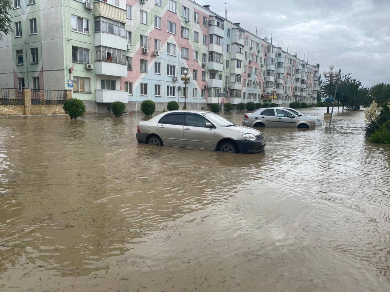 В Керчи после дождя затопило улицы. Фото, видео
